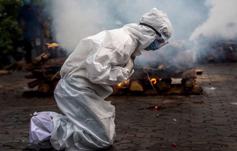 Một phụ nữ tại lễ hỏa táng người thân qua đời vì Covid-19 ở Gauhati, Ấn Độ vào tháng 7/2021 - Ảnh: AP