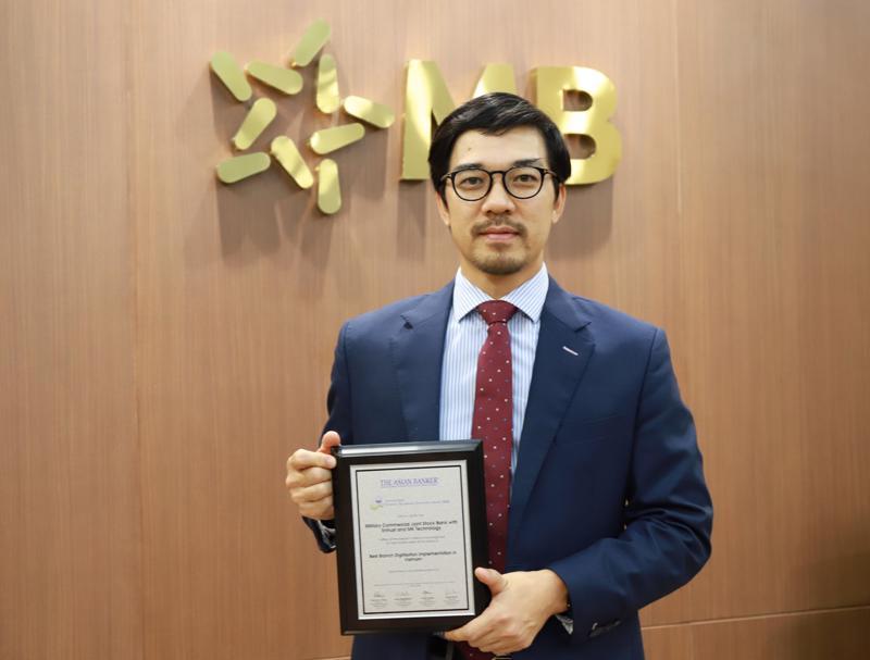 Giám đốc Khối Vận hành đại diện MB nhận giải thưởng.