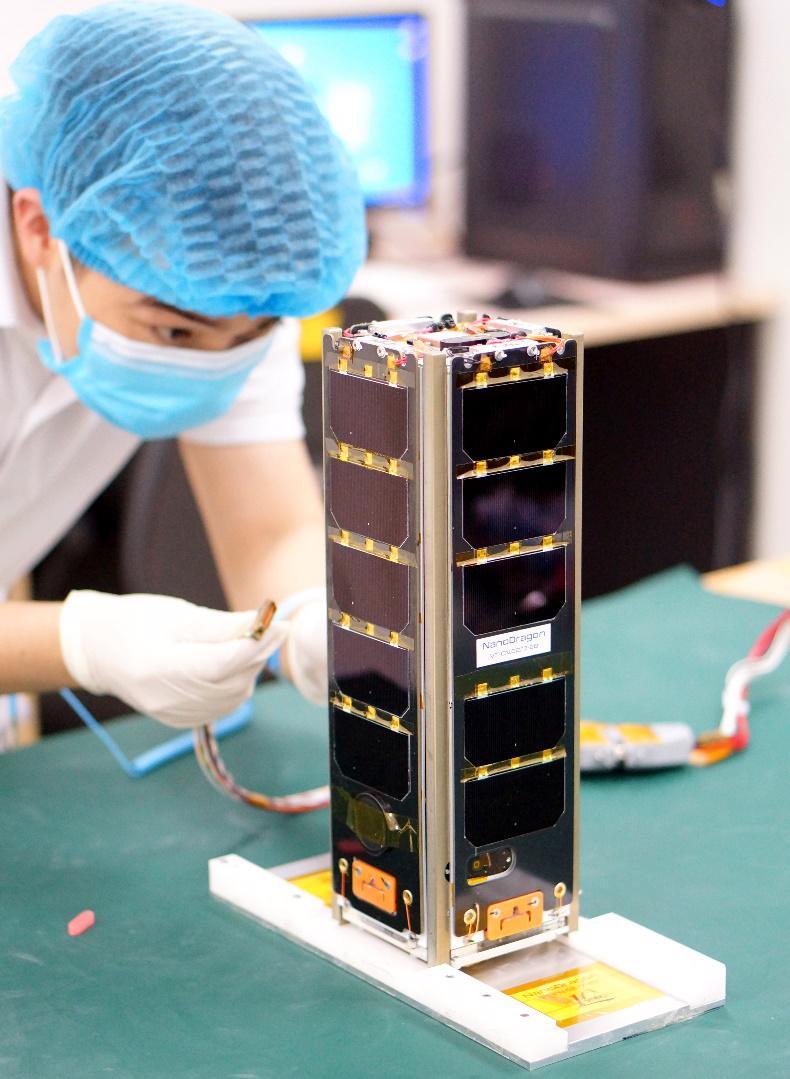 Vệ tinh NanoDragon trong phòng sạch của Trung tâm Vũ trụ Việt Nam