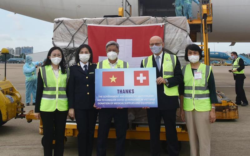 Thứ trưởng Bộ Y tế Nguyễn Trường Sơn tiếp nhận lô hàng viện trợ từ Chính phủ và nhân dân Thụy Sỹ.