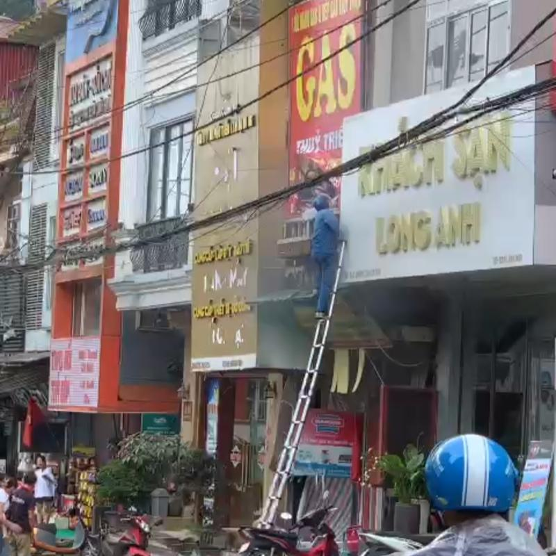Anh Mai Đức Cảnh nhanh chóng dùng thang của VNPT lên ban công tầng 2 cứu người.
