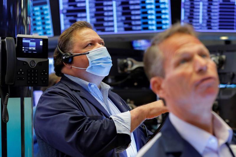 Các nhà giao dịch cổ phiếu trên sàn NYSE ở New York hôm 11/8 - Ảnh: Reuters.