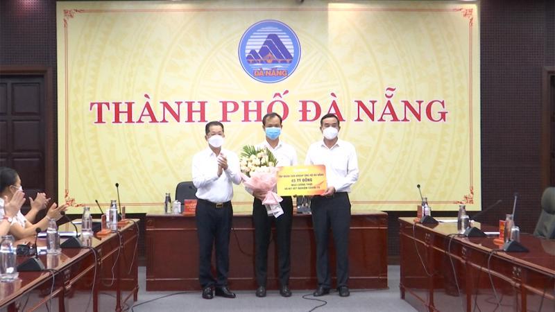 Đại diện lãnh đạo Tập đoàn Sun Group trao gói hỗ trợ 45 tỉ đồng lương thực, kít xét nghiệm cho lãnh đạo thành phố Đà Nẵng.