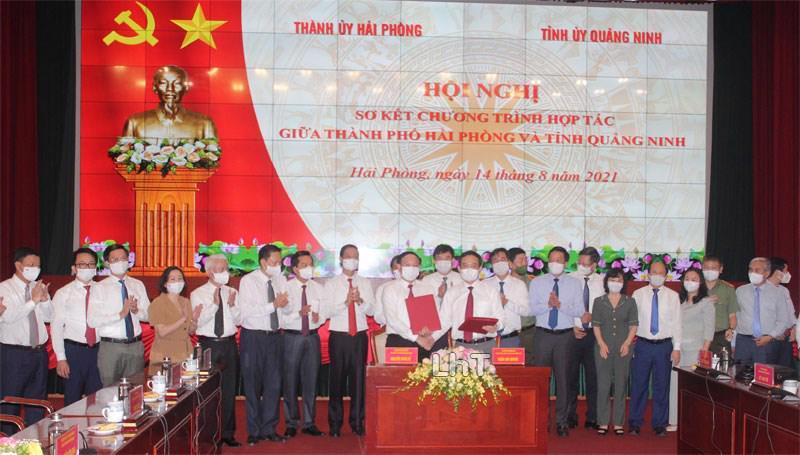 Bí thư Thành ủy Hải Phòng Trần Lưu Quang và Bí thư Tỉnh ủy Quảng Ninh Nguyễn Xuân Ký ký kết chương trình hợp tác