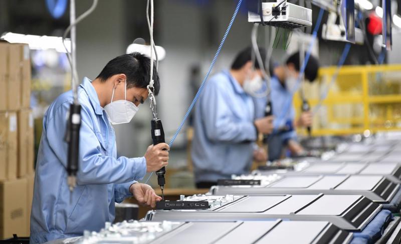 Nhiều dây chuyền sản xuất của doanh nghiệp phải tạm ngừng sản xuất hoặc hoạt động cầm chừng chờ ngày trở lại.
