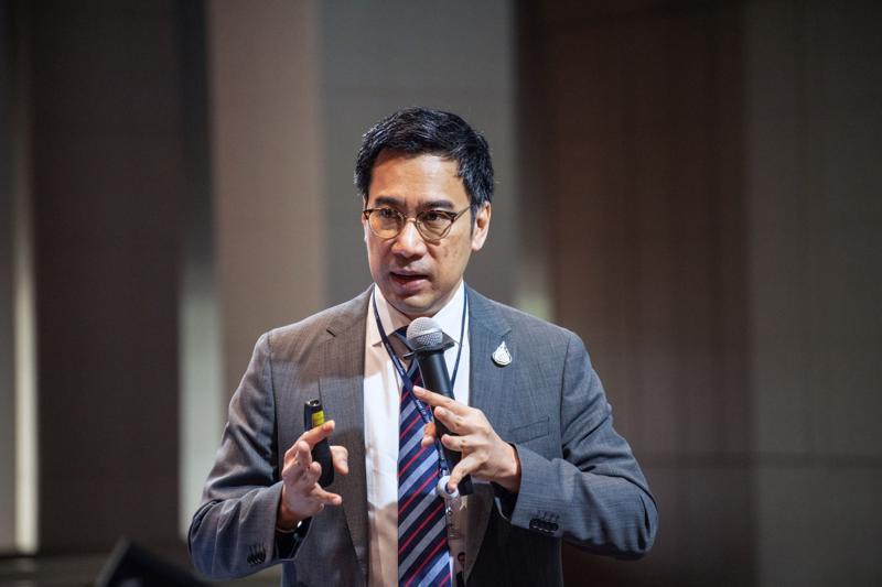 Thống đốc Ngân hàng Trung ương Thái Lan Sethaput Suthiwartnarueput - Ảnh: Bloomberg.