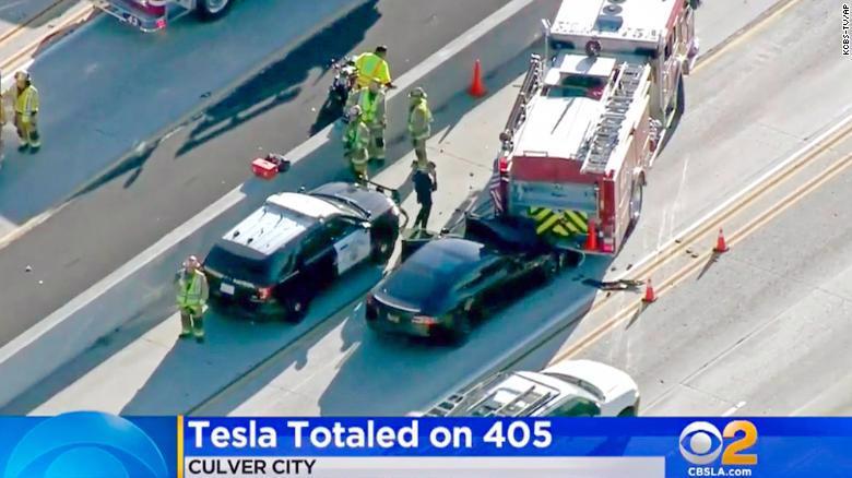 Hiện trường vụ một chiếc Tesla Model S đâm vào một xe cứu hoả trên đường cao tốc Interstate 405 ở California, vào tháng 1/2018 - Ảnh: CNN.