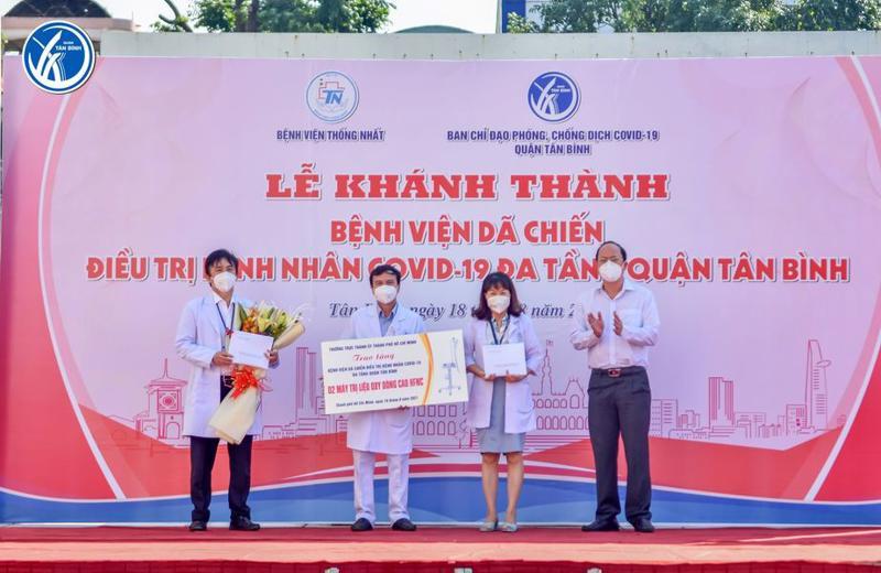 Lãnh đạo Thành ủy TP.HCM trao tặng máy thở cho Bệnh viện dã chiến đa tầng Tân Bình.