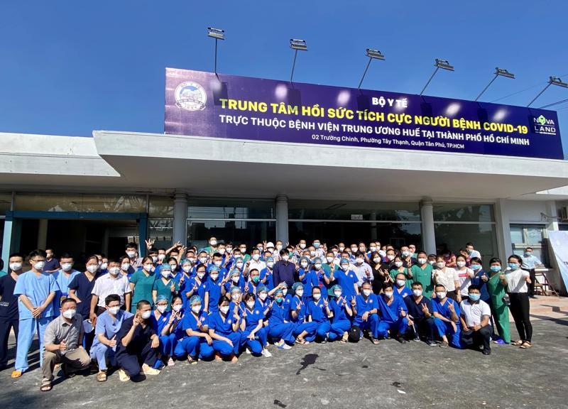 Bộ trưởng Nguyễn Thanh Long và tập thể thầy thuốc Bệnh viện Trung ương Huế được chi viện cho Trung tâm Hồi sức tích cực tại TPHCM.