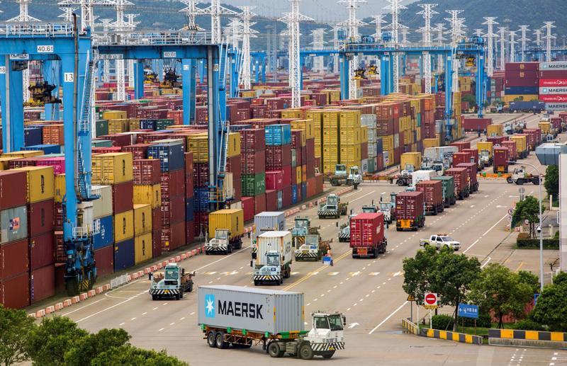 Một đoàn dài xe tải chở hàng hoá ở cảng Ninh Ba-Chu San, Giang, Trung Quốc hôm 15/8 - Ảnh: CNS/Reuters.