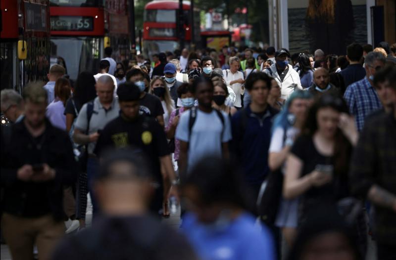 Dòng người trên phố Oxford ở London, Anh, hôm 16/7, trong lúc Covid đang bùng mạnh ở nước này - Ảnh: Reuters.