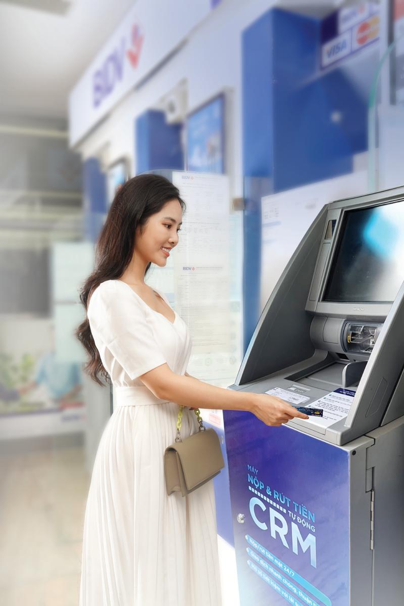 """CRM được bổ sung tính năng """"Nộp tiền mặt"""", được ví như một Giao dịch viên điện tử, cung cấp cho khách hàng dịch vụ thông suốt 24/7."""