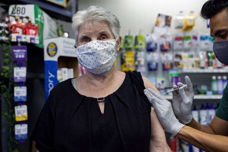 Một người cao tuổi tiêm nhắc lại vaccine Covid-19 do Pfizer sản xuất tại nhà thuốc Skippack Pharmacy ở Schwenksville, Pennsylvania, Mỹ, hôm 14/8/2012 - Ảnh: Reuters.
