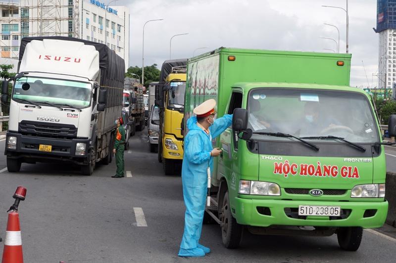 """Xe vận tải """"luồng xanh"""" phải khai báo y tế hệ thống phần mềm quản lý công dân vùng dịch"""