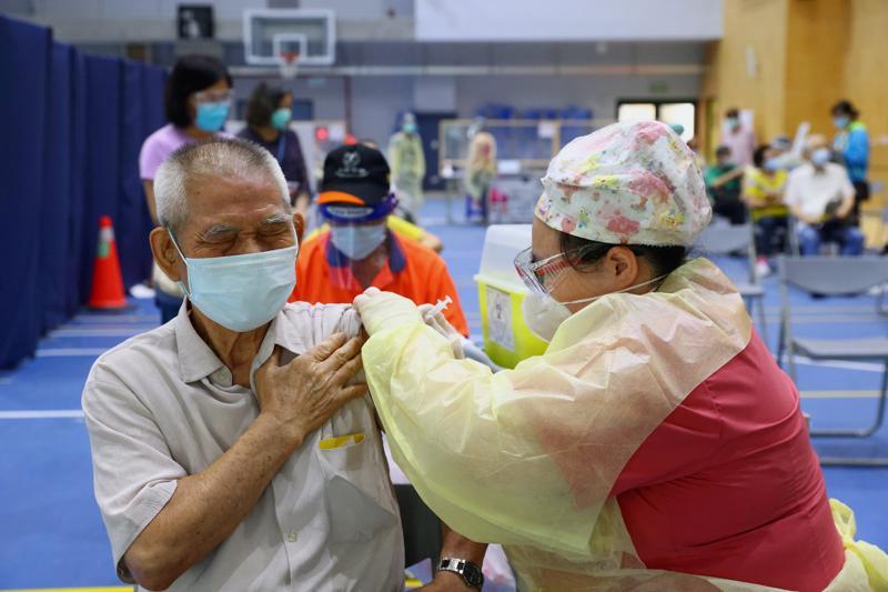 Tiêm vaccine Covid ở Tân Đài Bắc hôm 25/6/2021 - Ảnh: Reuters.