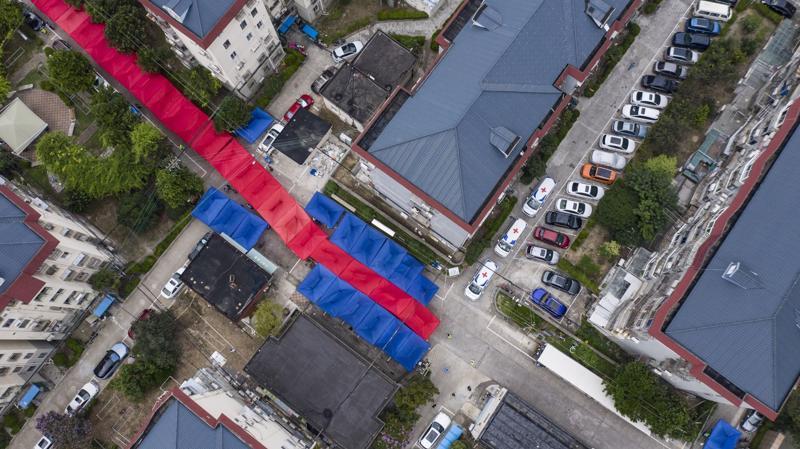 Một điểm xét nghiệm Covid lưu động được dựng lên tại một khu dân cư đang được phong toả ở Thượng Hải hôm 21/8 - Ảnh: Bloomberg.