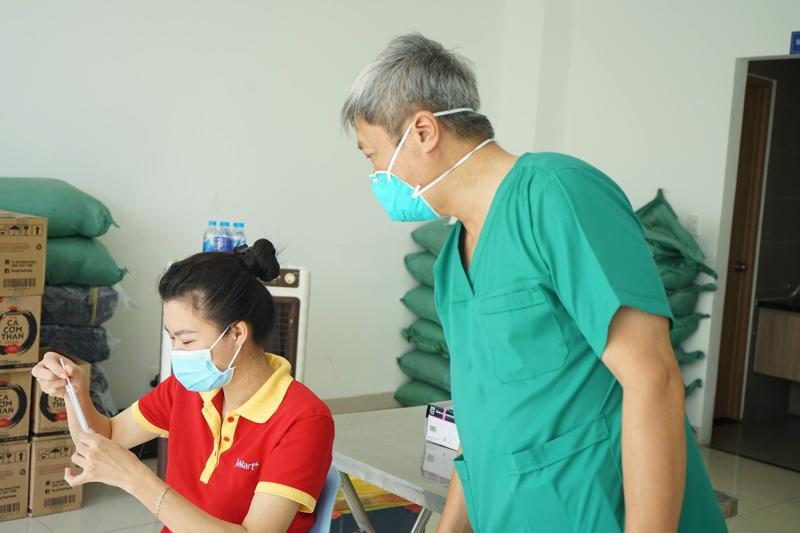 Thứ trưởng Nguyễn Trường Sơn tại điểm lấy mẫu xét nghiệm Covid-19 ở Chung cư Sài Gòn Gateway (TP. Thủ Đức).