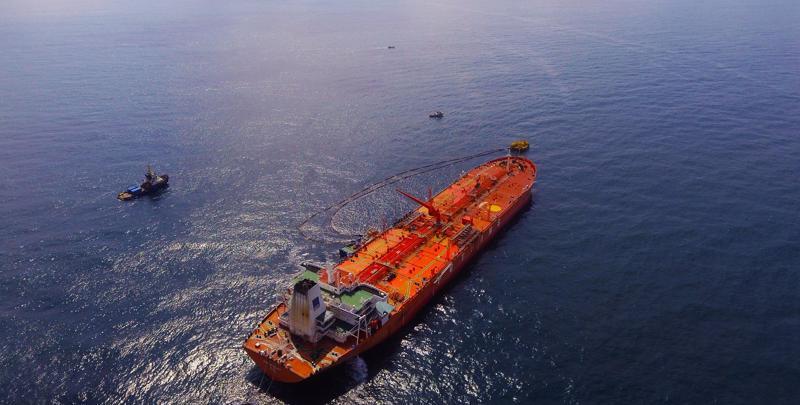 Một tàu chở dầu đang nhập dầu thô cho nhà máy Lọc dầu Qung Quất trong khi kho chứa hàng đã gần đầy...