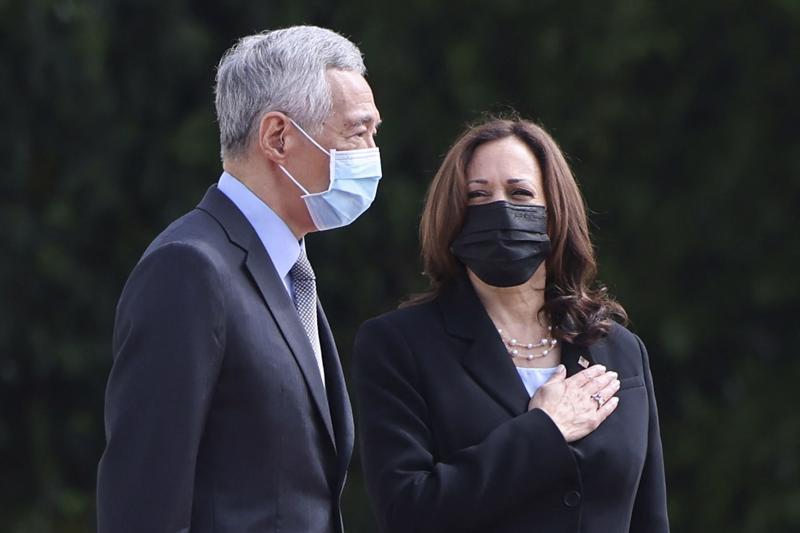 Phó tổng thống Mỹ Kamala Harris và Thủ tướng Singapore Lý Hiển Long trong lễ đón ở Singapore - Ảnh: Getty/CNBC.