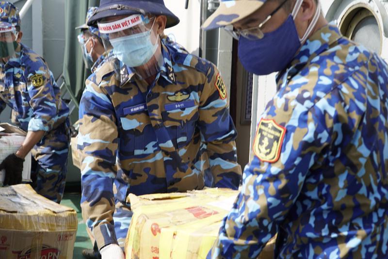 Quân đội giúp đưa nông sản đến từng nhà dân