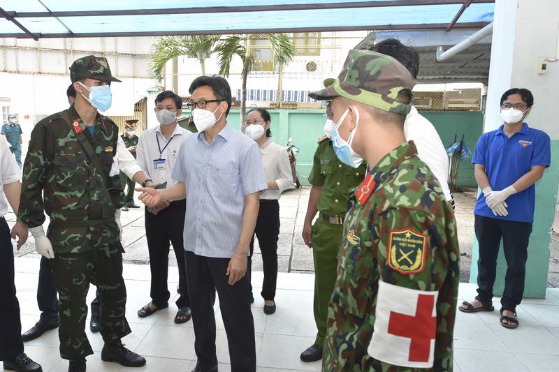Phó Thủ tướng thăm Trạm Y tế lưu động Phường 4, Quận 4, TP.HCM Ảnh: VGP.