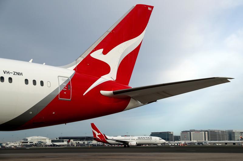 Một máy bay của Qantas Airways ở sân bay Sydney hồi tháng 6 - Ảnh: Bloomberg.