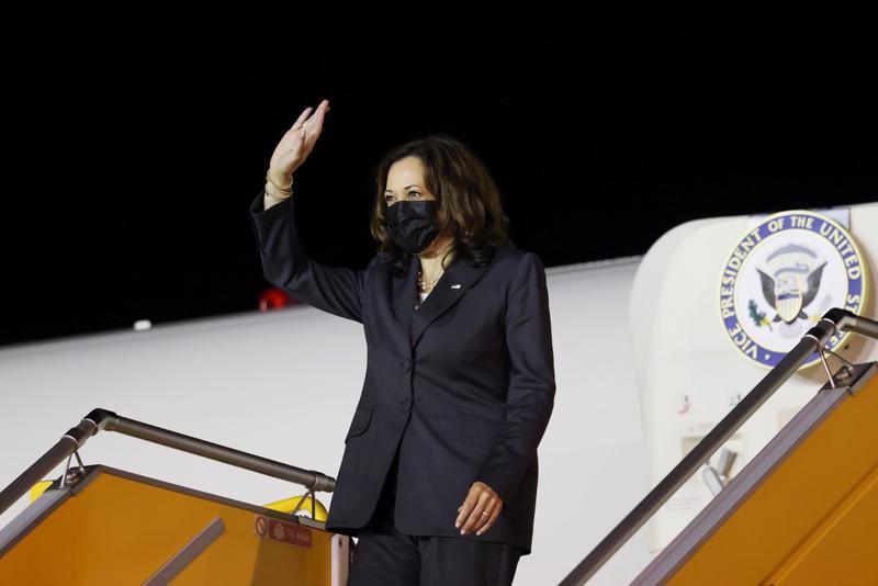 Phó Tổng thống Hoa Kỳ Kamala Harris tại Sân bay Quốc tế Nội Bài, Hà Nội - Ảnh: Reuters