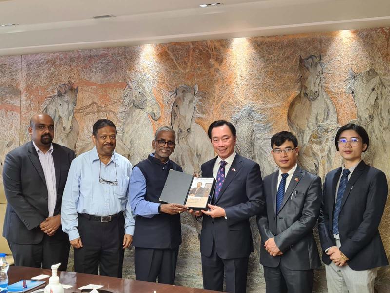 """Đại sứ Phạm Sanh Châu và nhóm """"Phản ứng nhanh về Thuốc và Vaccine làm việc với Ấn Độ tại Bangalore ngày 18/8"""