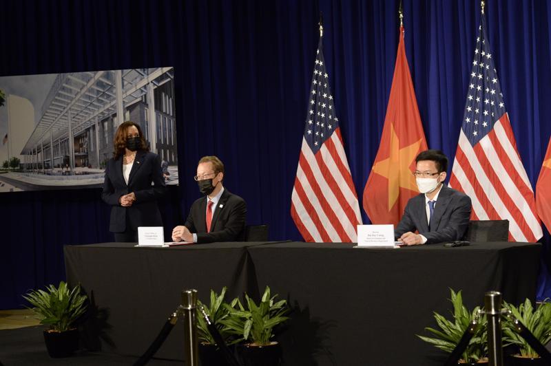 Đại biện lâm thời Đại sứ quán Mỹ tại Hà Nội Christopher Klein và ông Bùi Duy Cường, Giám đốc Sở Tài nguyên và Môi trường Hà Nội tại lễ ký với sự chứng kiến của Phó Tổng thống Kamala Harris - Ảnh: Đại sứ quán Mỹ tại Việt Nam.