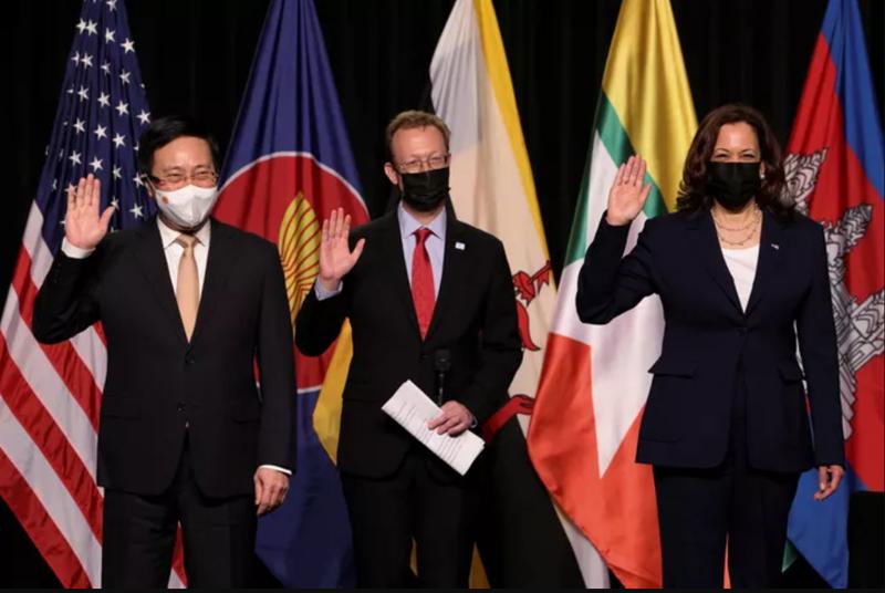 Từ trái sang phải: Phó Thủ tướng Chính phủ Phạm Bình Minh và Phó Tổng thống Mỹ Kamala Harris dự lễ khai trương - Ảnh: Reuters