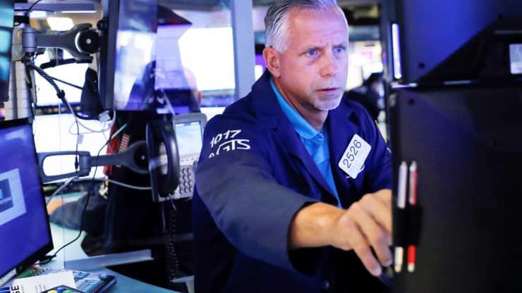 Một nhà giao dịch cổ phiếu trên sàn NYSE ở New York, Mỹ hôm 29/8 - Ảnh: Reuters.