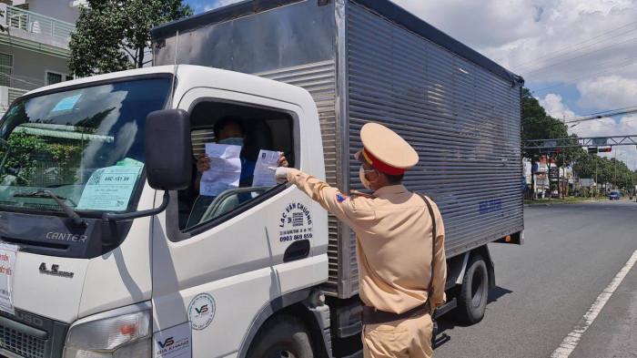 Hàng hóa vận chuyển đến Cần Thơ phải đăng ký trước khiến tình trạng ùn ứ tại điểm tập kết, trung chuyển hàng hóa.