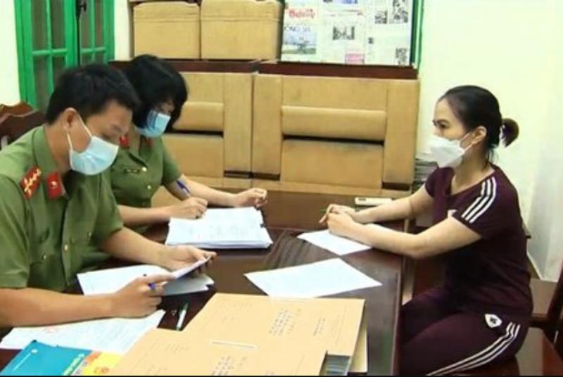 Bà Hoàng Thị Thanh Nga, chuyên viên Vụ Vận tải, Tổng cục Đường bộ Việt Nam bị khởi tố, bắt giam vì cấp thẻ luồng xanh trái quy định.
