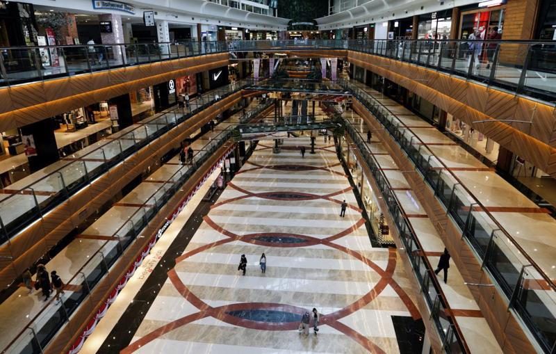 Bên trong trung tâm thương mại Pondok Indah ở Jakarta, Indonesia hôm 13/8, sau khi Chính phủ nước này cho mở cửa trở lại các trung tâm thương mại đối với những người đã có chứng chỉ tiêm vaccine ngừa Covid - Ảnh: Reuters.