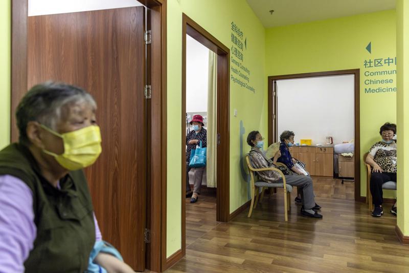 Người già chờ khám sức khoẻ tại một viện dưỡng lão ở Thượng Hải, Trung Quốc - Ảnh: Bloomberg.