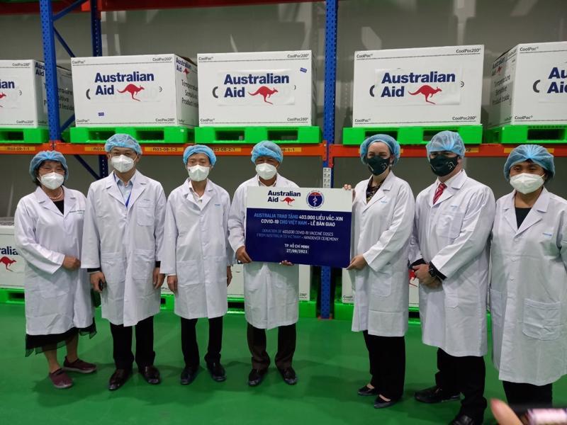 Thứ trưởng Nguyễn Trường Sơn và Tổng lãnh sự Australia Julianne Cowley bàn giao 403.000 liều vaccine Covid-19.