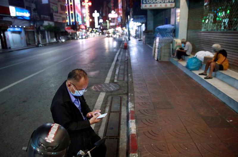 Một đường phố vắng người ở Bangkok hôm 12/7, khi các hạn chế đang được triển khai để chống Covid - Ảnh: Reuters.