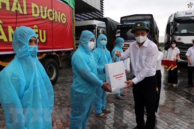 Chủ tịch UBND tỉnh Hải Dương Triệu Thế Hùng tặng quà, động viên các lái xe trước khi lên đường vận chuyển lương thực vào miền Nam. Ảnh - TTXVN.