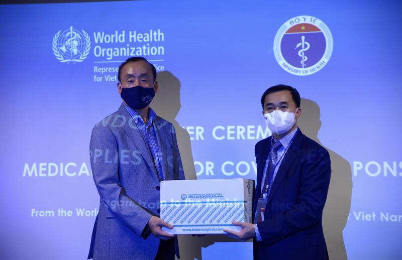 WHO bàn giao lô vật tư y tế cho Bộ Y tế trong khuôn khổ hỗ trợ Chính phủ Việt Nam ứng phó với Covid-19.