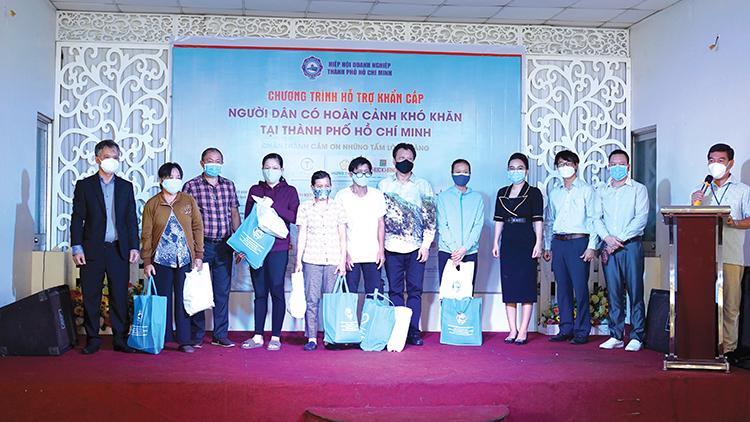 Hiệp hội Doanh nghiệp TP.HCM phối hợp với Ban Dân vận Thành ủy TP.HCM trao quà cho người dân có hoàn cảnh khó khăn.