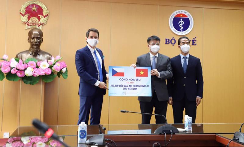 Việt Nam tiếp nhận hơn 250.000 liều vaccine phòng Covid-19 do Chính phủ Cộng hòa Séc tặng.