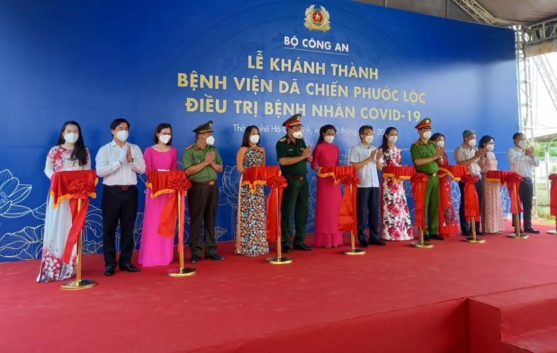 Các lãnh đạo cắt băng khánh thành Bệnh viện dã chiến Phước Lộc.