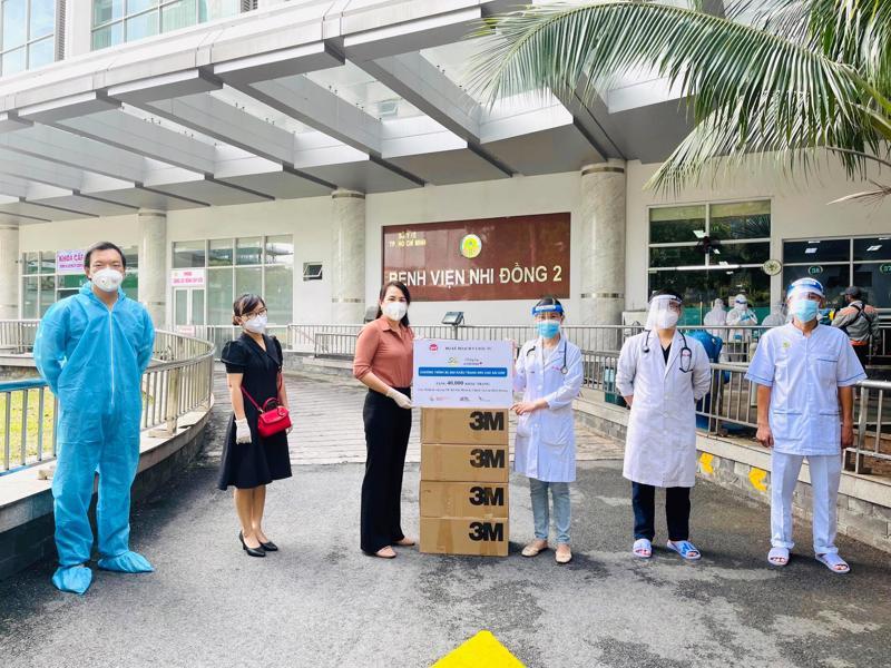 Đại diện Bộ Kế hoạch và Đầu tư trao tặng khẩu trang y tế cho cán bộ y tế tuyến đầu tại TP.HCM.