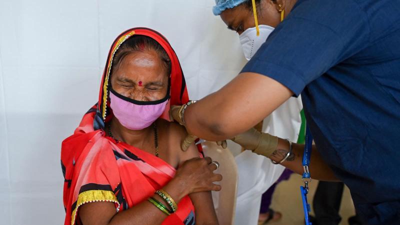 Một phụ nữ tiêm vaccine Covid-19 ở Mumbai, Ấn Độ ngày 12/8/2021 - Ảnh: AFP/Getty Image