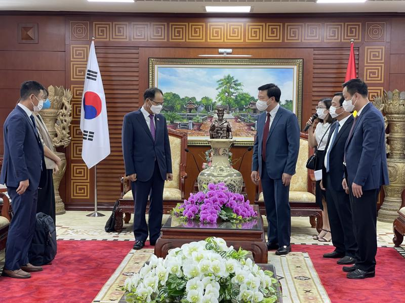 Lãnh đạo tỉnh Hải Dương và đoàn Đại sứ quán Hàn Quốc gặp mặt, chào xã giao.