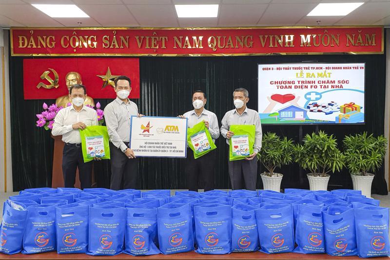 Hội Doanh nhân trẻ Việt Nam trao tặng 1.000 túi thuốc điều trị tại nhà cho bệnh nhân F0 tại quận 3, TP.HCM.