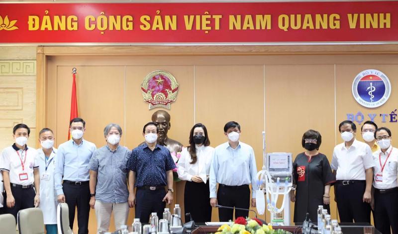 Bộ Y tế tiếp nhận 34 máy thở chức năng cao do Tập đoàn TH và Ngân hàng TMCP Bắc Á trao tặng.