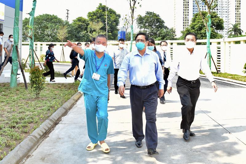 Thủ tướng và đoàn công tác kiểm tra bệnh viện dã chiến điều trị Covid-19 ở Hà Nội - Ảnh: VGP/Nhật Bắc
