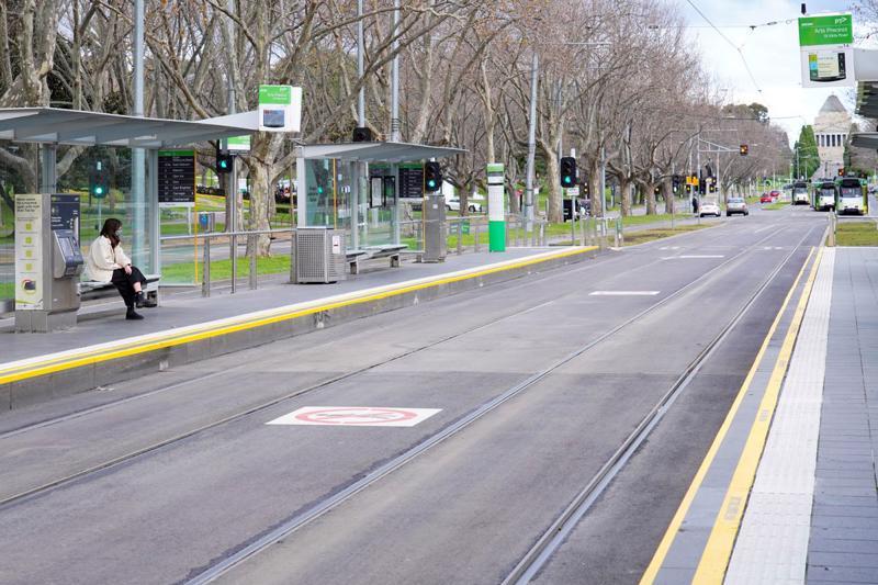 Đường phố ở Melbourne, Australia vắng bóng người hôm 16/7/2021, khi phong toả chống Covid-19 đang được áp dụng - Ảnh: Reuters.