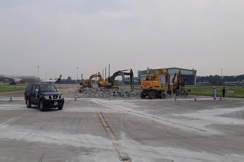 Cảnh cáo 2 nhà thầu thi công dự án nâng cấp sân bay Nội Bài - Ảnh: Viết Long